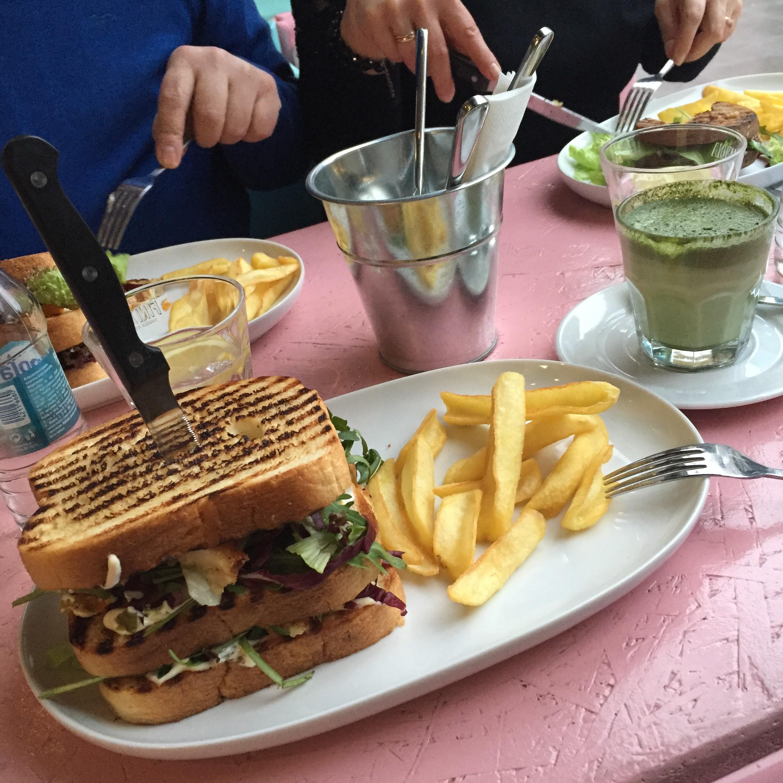 ktoś zabił całkiem dobrą kanapkę i podał do picia zielone bajoro, to znaczy zdrową matcha latte :D