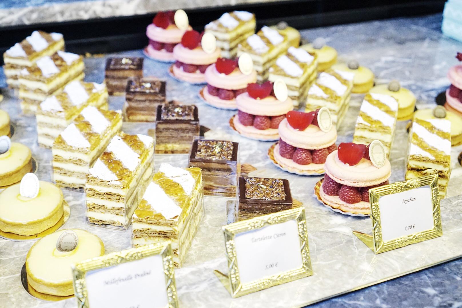 Na etykietach ceny ciastek na wynos - jeśli chcecie je zjeść na miejscu, w cukierni, do każdej ceny musicie doliczyć 3 euro...