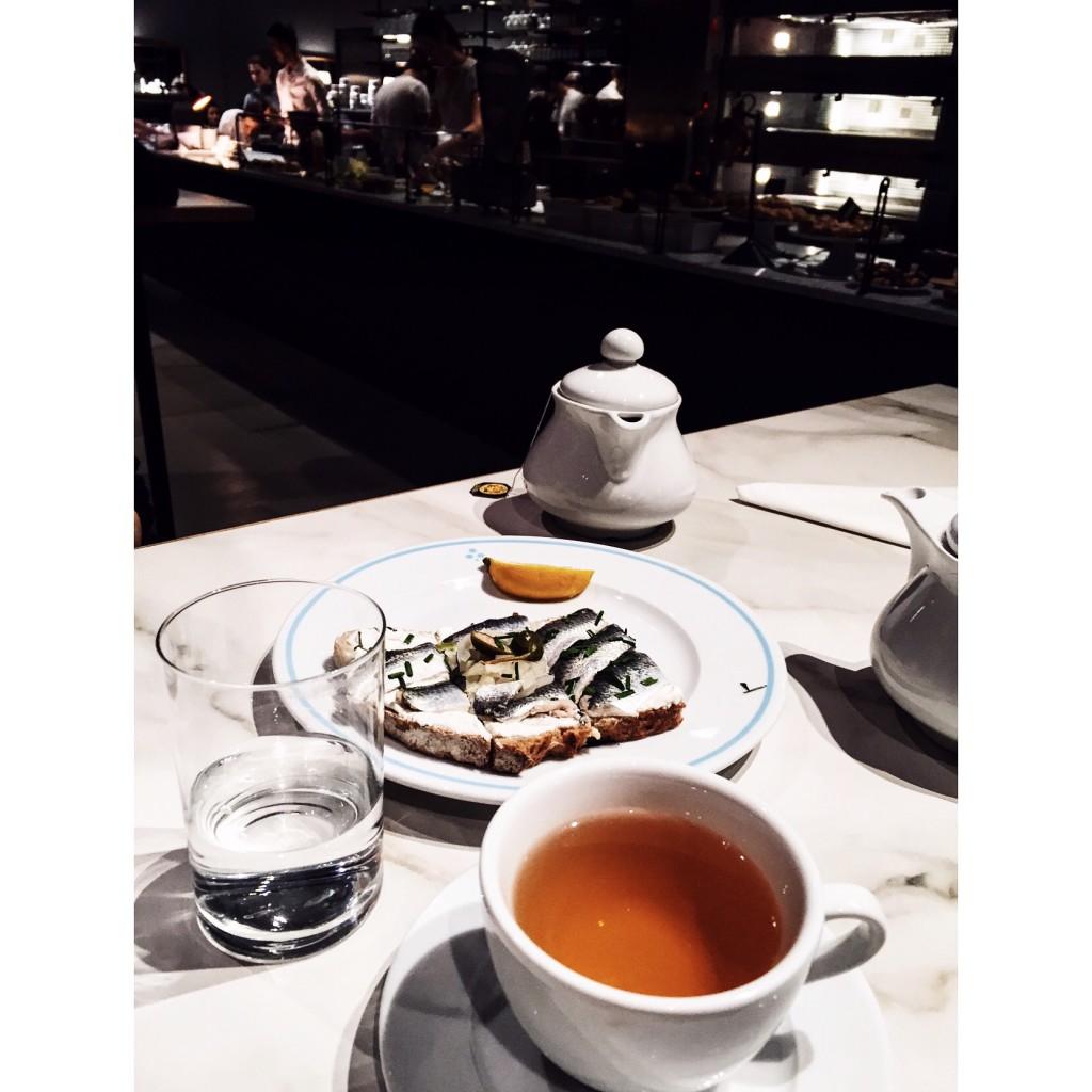 Kanapka z marynowanym śledziem skradła moje podniebienie, żołądek i gastronomiczne serce :) Sekret tkwi w prostocie.